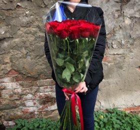 Букет из 15 метровых роз в оформлении