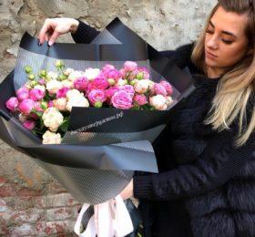 Букет из кустовых пионовидных роз в оформлении