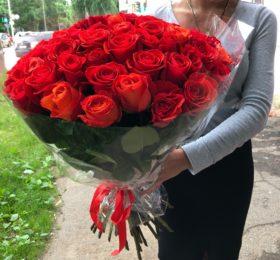 Букет из 75 роз в оформлении