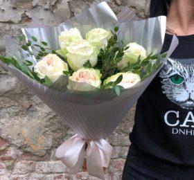 Букет из 9 пионовидных роз с зеленью
