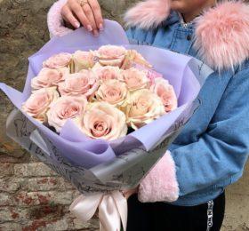 Букет из 15 роз в оформлении