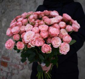 Букет из 21 кустовой — пионовидной розы на ленте