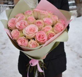 Букет из 21 розы в оформлении