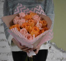 Микс из 15 роз в оформлении