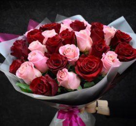 Микс из 35 роз в оформлении