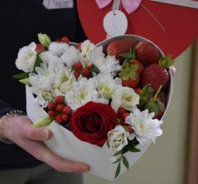 Коробка с цветами и клубники