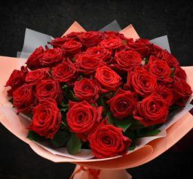Букет из 31 розы в оформлении