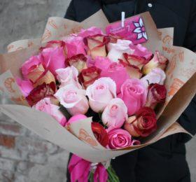 Микс из 31 розы в оформлении