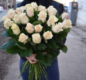 31 роза на ленте