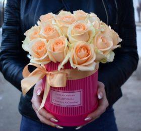 Шляпная коробочка из 21 розы