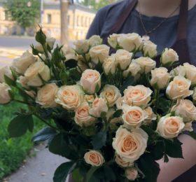 15 кустовых роз на ленте