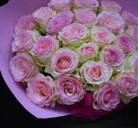 Букет 31 роза в оформлении