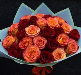 Букет 29 роз в оформлении