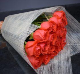 Букет 19 роз в оформлении