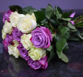 Микс из 15 роз на ленте