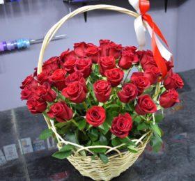51 алая роза в корзине