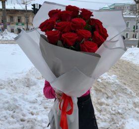 Букет 15 роз (80 см) в оформлении