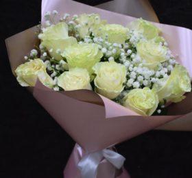 Букет 15 роз с гипсофилой