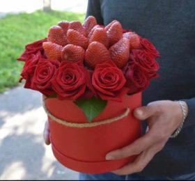 Коробочка с розами и клубникой
