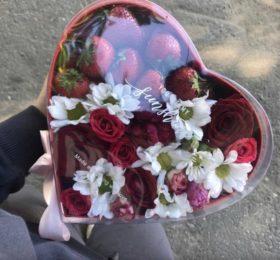 Сердечко с цветами и клубникой