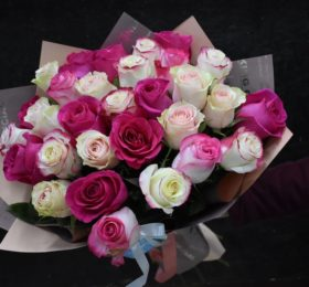 Букет 35 роз в оформлении