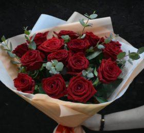 Букет 15 роз с эвкалиптом