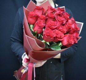 Букет 21 роза в оформлении