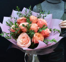 Букет 9 пионовидных роз зеленью