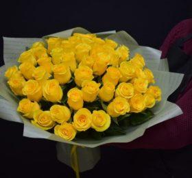 Букет 51 роза в оформлении