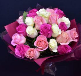 Букет микс из 25 Роз в оформлении