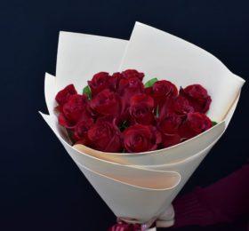 Букет из 15 алых Роз в оформлении