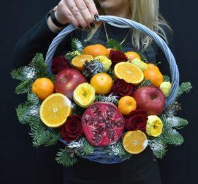 Корзина с фруктами и голубой елью