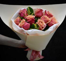 Букет 9 Роз с зеленью