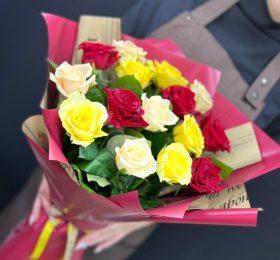 Букет микс из 15 Роз в оформлении